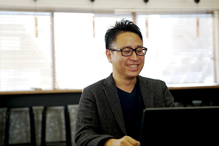 笑顔で仕事をする男性